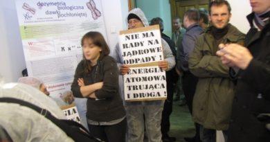 """Gdańsk był ostatnim przystankiem na trasie """"Atomowego autobusu – mobilnego laboratorium"""", projektu mającego """"pogłębiać wiedzę na temat energetyki nuklearnej"""". W trakcie trwania projektu na Politechnice Gdańskiej, ubrani w białe kombinezony ochronne aktywiści i aktywistki sprzeciwiający się budowie elektrowni atomowych w Polsce rozdawali ulotki informacyjne przedstawiające argumenty przeciwników. Mimo że, projekt w oczywisty sposób propaguje budowę elektrowni atomowych, wspierany jest przez """"PGE Energia Jądrowa"""", a patronat objęło Ministerstwo Gospodarki, to jego uczestnicy starali się odgrywać rolę """"bezstronnych ekspertów"""" zarówno podczas prezentacji jak i w trakcie późniejszej """"debaty"""". Protestujących próbowano zakrzyczeć po czym siłą wyrzucić z sali gdzie prowadzone były prezentacje (jeden z pracowników uczelni oświadczył wtedy, że """"Hitler zrobiłby z nimi porządek""""). Dopiero gdy pozbycie się gości okazało się niemożliwe pozwolono im zająć kawałek przestrzeni i rozdawać ulotki. Najbardziej zdumiewającym jednak elementem projektu była """"debata"""". Nie dość, że nie zaproszono na nią żadnych przedstawicieli organizacji pozarządowych - jedynymi prelegentami byli zwolennicy (!), to na dodatek pierwszy prelegent przypomniał, że decyzja o budowie w zasadzie zapadła i że w sumie to nie ma już sensu o tym rozmawiać. W związku z tym zaproponował wyjście poza schemat debaty """"za czy przeciw"""" i skupienie się na kwestiach tego typu, w jaki sposób zrekompensować mieszkańcom budowę elektrowni. Innymi słowy mieliśmy rozważać, czy lepiej zbudować przyszłym sąsiadom elektrowni aquapark czy lodowisko. Argumenty przeciw padały wyłącznie w formie pytań z sali, na które niestety osoby prowadzące spotkanie najczęściej unikały odpowiedzi. Szczególnie przedstawiciel władz wojewódzkich wypadł fatalnie, bo zamiast odpowiedzieć na szereg istotnych wątpliwości próbował udowodnić niekompetencję pytających. Na argument ze strony aktywistów, że debata i rozmowa na temat energii jądrowej powinna poprz"""